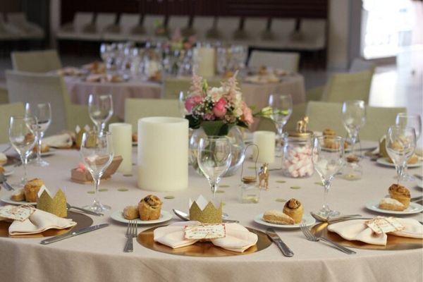 Cómo decorar una mesa de comunión en restaurante